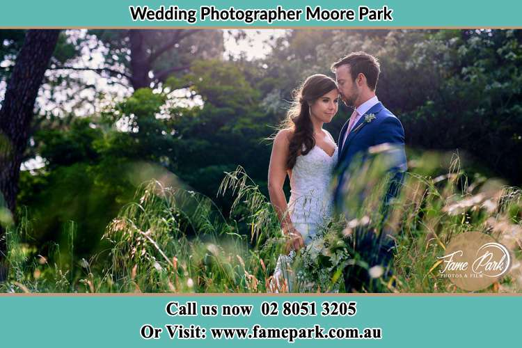 Bride and Groom at the hill Moore Parkt NSW 2021